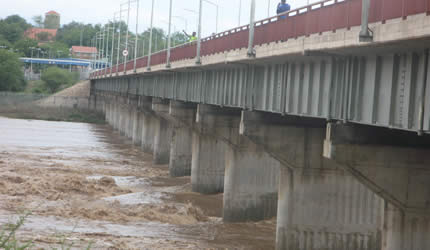 Authorities at the border post were forced to stop traffic after the flooded Limpopo River left the New Limpopo Bridge inaccessible.