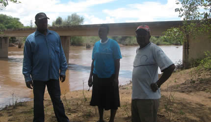 Beitbridge Medecins Sans Frontieres project co-ordinator Ms Hanna Majanen, DDF co-ordinator Mr Tinashe Ngundu, acting DA Mr Kiliboni Ndou and Tshikwalakwala village head Mr Willie Hlongwane assess water levels in Bubi River yesterday