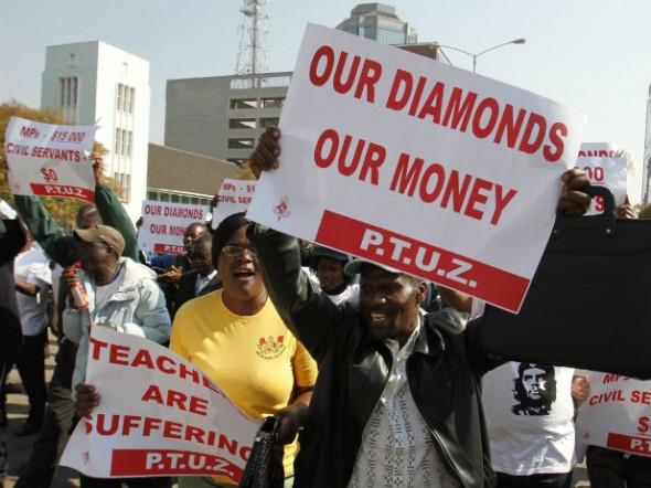 Zimbabwe's civil servants sing and dance during their march to the Finance Minister's office and the Parliament for their salary raise in Harare, July 24, 2012. (Philimon Bulawayo/Courtesy Reuters)