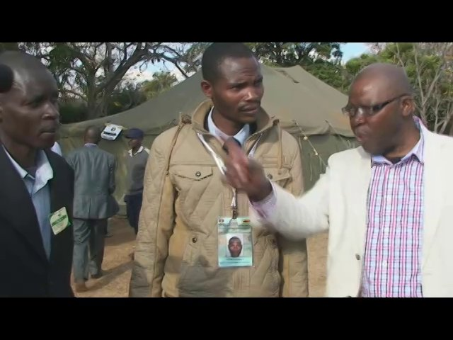 Tendai Biti confronts Zanu PF youths bussed in from Honde Valley to vote in Mt Pleasant