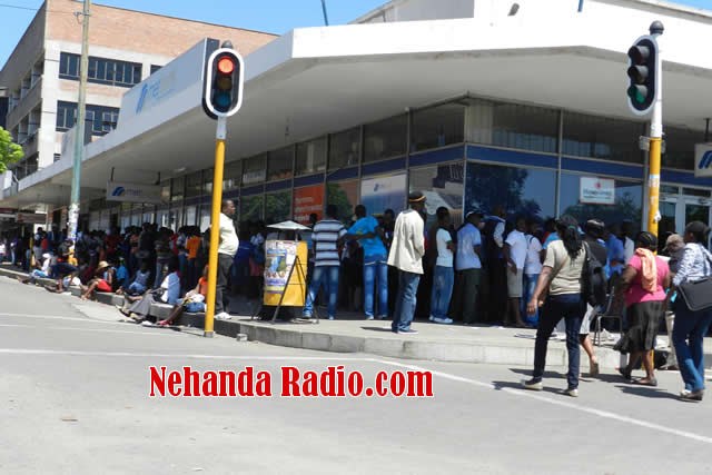 Queue for cash at MetBank Bulawayo (Picture by Nehanda Citizen Reporter)