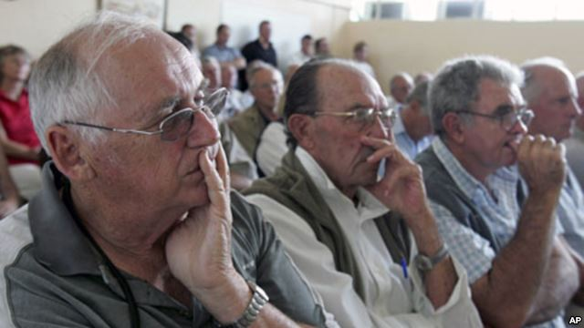 Zimbabwean farmers attend a meeting of white commercial farmers in capital Harare (2010 AP file photo)