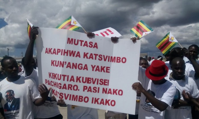 Anti-Mutasa demo as Mugabe arrives
