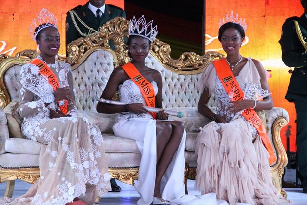 Newly-crowned Miss World Zimbabwe Emily Katanga Kachote, flanked by first princess Ann-Grace Mutambu (left) and second princess Chengetai Kanonhuwa