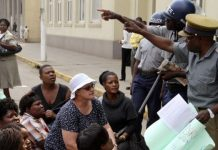 The demonstrators urged President Robert Mugabe to apologize for saying Kalangas are uneducated crooks