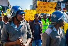 Vendors march towards parliament in Harare on 24 June 2015 Jekesai Njikizana/AFP