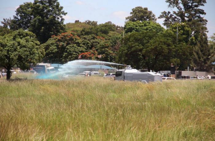 Police descend on war vets (Picture by Privilege Musvanhiri via Twitter)