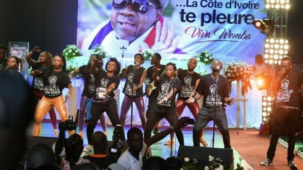 The musicians and dancers who were with Papa Wemba when he died paid tribute to him on Wednesday night