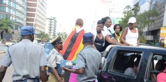 Police in Zimbabwe block protesters demanding the return of women stranded in Kuwait (Picture by VOA)