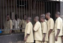 Masvingo Remand Prison. Prisoners line up to receive their ration of sadza (maize meal). (Picture by ICRC)