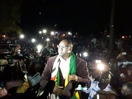 Evan Mawarire addresses thousands of supporters outside the Harare Magistrates Court