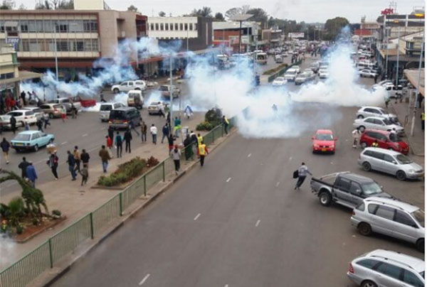Vendors clash with riot police in Harare