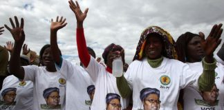 FILE: Supporters of former Zimbabwean Vice President Joice Mujuru cheer at a rally of her Zimbabwe People First (ZimPF) party in Harare, June 25, 2016. REUTERS/Philimon Bulawayo