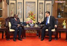 Chinese President Xi Jinping (R) meets with his Zimbabwean counterpart, Robert Gabriel Mugabe, in Beijing, capital of China, Jan. 9, 2017. (Xinhua/Yao Dawei)