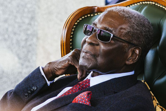 Former Zimbabwean President Robert Mugabe addresses the media during a surprise press conference at his residence 'Blue Roof ' in Harare (July 2018)